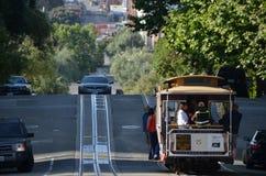 在旧金山火车的海德和伦巴第街道 免版税库存照片
