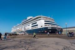 在旧金山码头的靠码头的游轮 走和拍大船的照片人们在码头39附近在旧金山 免版税库存图片
