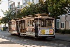 在旧金山街道上的传统电车  免版税库存图片