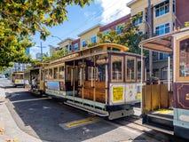 在旧金山街道的公开缆车 免版税库存照片