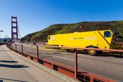 在旧金山金门大桥,加利福尼亚的路拉链在一容易的交通天 免版税库存照片