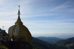 在早晨光的金黄岩石剪影 Kyaiktiyo塔 星期一状态 缅甸 库存照片