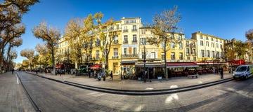 在早晨光的风景街道cours mirabeau 免版税库存照片