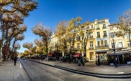 在早晨光的风景街道cours mirabeau 图库摄影