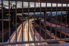 在早晨光的高速公路101交通 免版税图库摄影