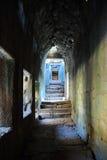 在早晨太阳光的吴哥窟走廊 免版税图库摄影
