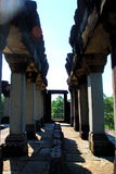 在早晨太阳光的吴哥窟长的走廊 免版税库存图片