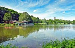 在早晨太阳的开姆尼茨德国筑成池塘` Schlossteich ` 免版税库存照片