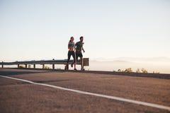 在早晨奔跑的夫妇 免版税库存图片