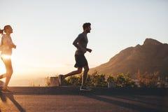 在早晨奔跑的夫妇 图库摄影