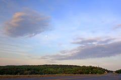 在早晨日出的月亮在日出 免版税库存照片