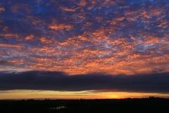 在早晨日出的红色天空 免版税库存图片