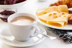 在早晨早餐的热的咖啡 图库摄影