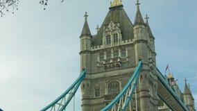 在早晨时间、伦敦、平底锅和掀动的塔桥梁 股票视频