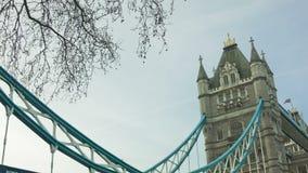 在早晨时间、伦敦、掀动和平底锅的塔桥梁 股票录像