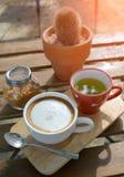 在早晨时间的热的热奶咖啡咖啡 免版税库存照片