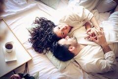 在早晨的愉快的夫妇 免版税库存图片