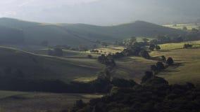 在早晨秋季薄雾的英国乡下小山 股票录像