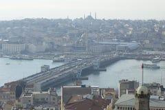 在早晨薄雾伊斯坦布尔的加拉塔桥梁 免版税库存照片