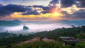 在早晨薄雾的日出在Phu郎钾, Phayao在泰国 库存照片