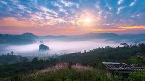 在早晨薄雾的日出在Phu郎钾, Phayao在泰国 免版税库存图片