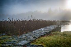 在早晨薄雾的石桥梁 免版税库存图片