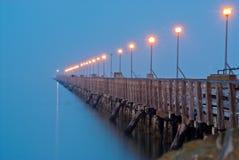 在早晨薄雾的码头 免版税库存照片