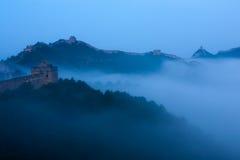 在早晨薄雾的长城 库存照片