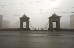 在早晨雾的桥梁 图库摄影