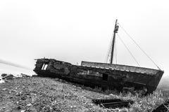 在早晨雾的老木被击毁的船 黑白图象 免版税库存照片