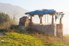 在早晨雾的阿斯图里亚斯粮仓horreo在奥维耶多,阿斯图里亚斯附近 库存图片