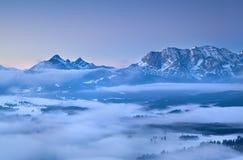 在早晨雾的Karwendel山 免版税库存照片