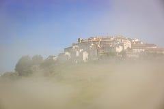 在早晨雾,重创的钢琴,翁布里亚,意大利的Castelluccio 免版税库存照片