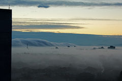 在早晨雾2下的城市 图库摄影