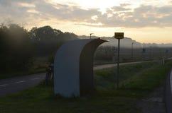 在早晨风景的公车候车厅 免版税库存图片