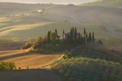 在早晨9月风景的别墅眺望楼 意大利托斯卡纳 免版税图库摄影