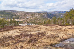 在早期的春天,在挪威谷的滑雪中心附近 免版税库存图片