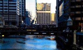 在早期的高峰时间,在芝加哥河的早晨光 库存图片