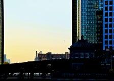在早期的高峰时间,在芝加哥河的早晨日出 库存照片