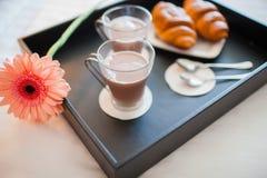 在早餐咖啡大陆玉米片新月形面包深度域猕猴桃浅草莓盘上添面包 免版税库存照片