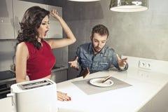 在早餐奇怪的面孔以后的滑稽的夫妇 免版税图库摄影