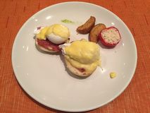 在早餐期间的鸡蛋本尼迪克特 免版税库存图片