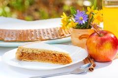 在早餐桌上的苹果饼 免版税库存照片