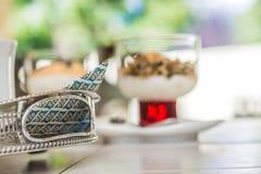 在早餐桌上的餐巾 免版税库存照片