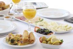 在早餐桌的新鲜的橙汁 免版税库存照片