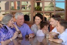 在早餐的愉快的家庭 免版税库存照片