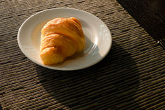 在早餐盘的新月形面包 免版税库存照片