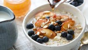 在早餐粥的倾吐的枫蜜用果子 股票视频