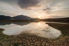 在旱季期间的反射水坝大山脚 免版税库存图片