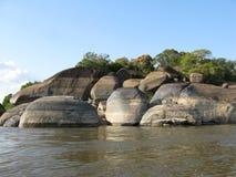 在旱季的岩石在奥里诺科河阿亚库乔港Amazonas状态委内瑞拉 免版税库存照片
